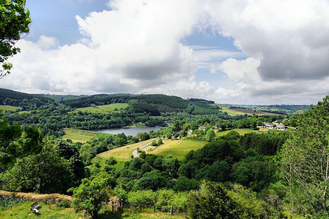Uitzicht op Kronenburgersee en het Eifelpark Kroneneburgersee